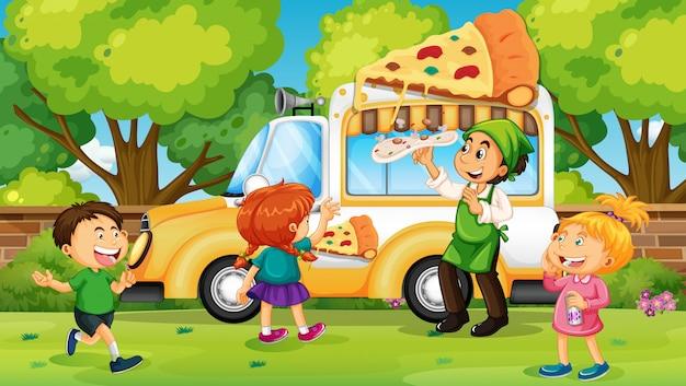 Niños comprando pizza de camión de pizza