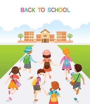 Niños corriendo y caminando de regreso a la escuela en la espalda