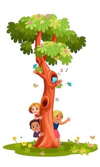 Niños detrás del árbol