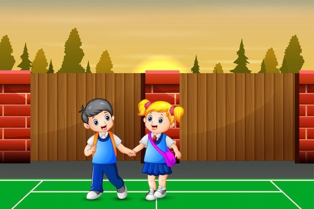 Niños de dibujos animados a casa después de la escuela