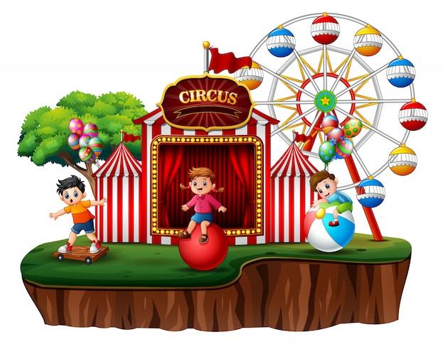 Niños de dibujos animados divirtiéndose en la diversión