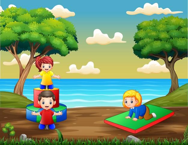 Niños de dibujos animados divirtiéndose en el patio de recreo