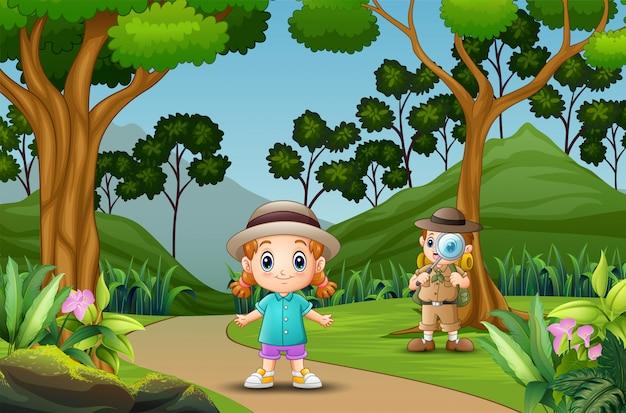 Niños de dibujos animados explorando en el bosque