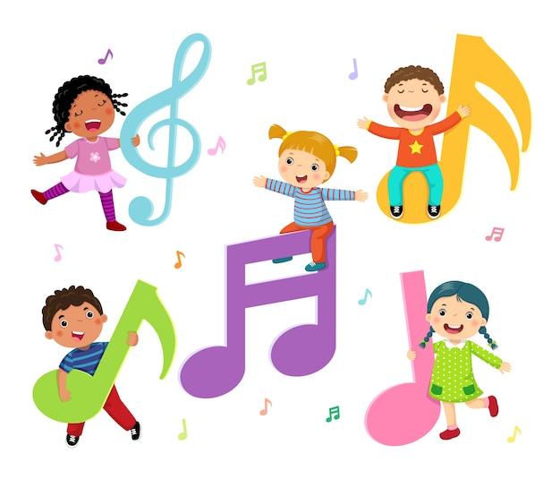 Niños de dibujos animados con notas musicales