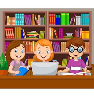 Niños de dibujos animados que estudian en la biblioteca