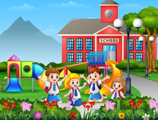 Niños de dibujos animados en uniforme en el patio de la escuela