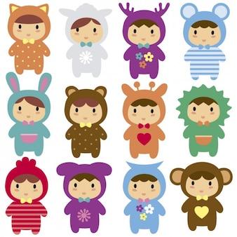 Los niños con disfraces de animales