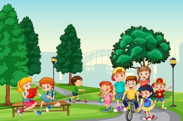 Los niños disfrutan con su actividad en la escena del parque.