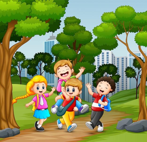 Niños divertidos de la escuela que van a la escuela