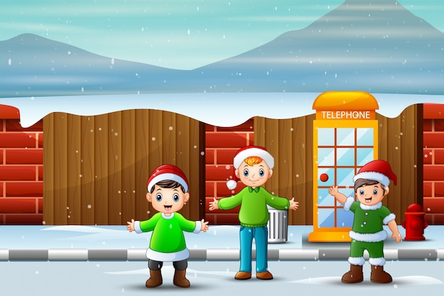 Niños divirtiéndose en la calle nevada