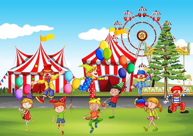 Niños divirtiéndose en el parque de diversiones.
