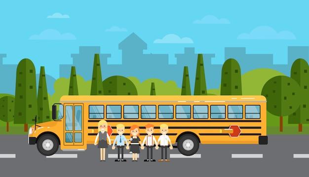 Niños en edad escolar cerca del autobús escolar en la autopista