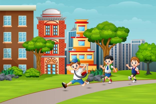 Niños en edad escolar felices corriendo en la carretera