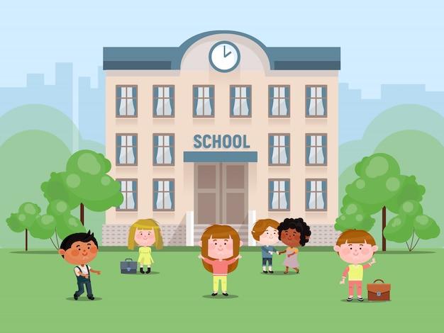Niños en edad escolar en el patio frente a la ilustración vectorial primaria. niñas y niños con bolsas. compañeros de escuela parque infantil de regreso a la escuela.