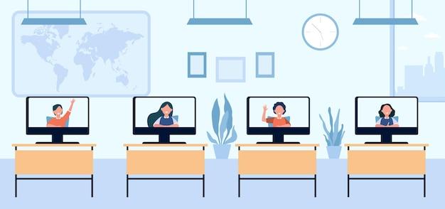 Niños en edad escolar que asisten a clases a distancia. monitores en pupitres en el aula, vista de pantalla