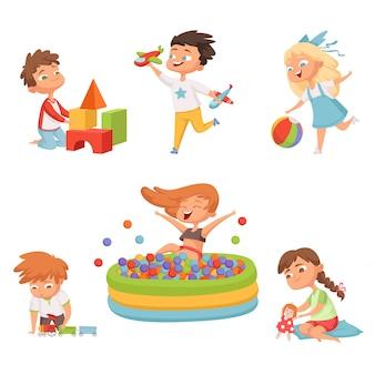 Niños en edad preescolar jugando con varios juguetes