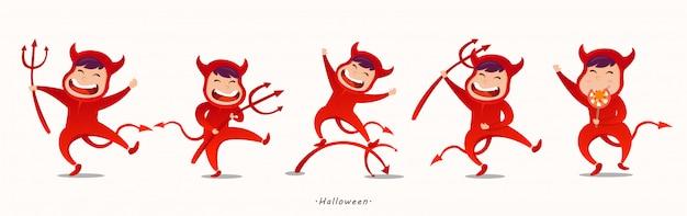 Niños encantadores en disfraces de halloween devil.