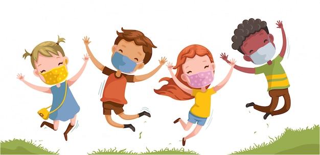 Los niños enmascaran grupo saltando. de vuelta a la escuela.