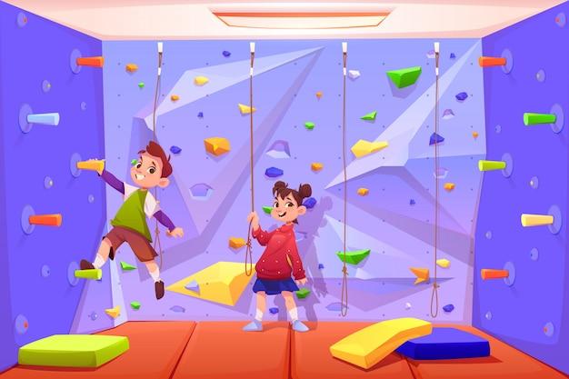 Niños escalando muro, jugando en el área de recreación