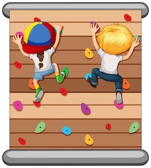 Niños escalando la pared