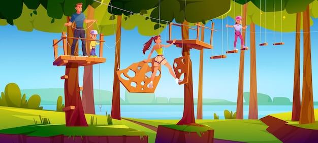 Niños en la escalera de cuerda del parque de aventuras.