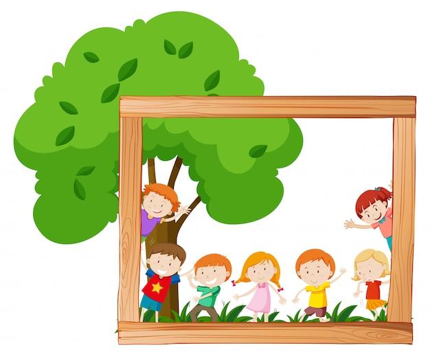 Niños en escena de marco de madera