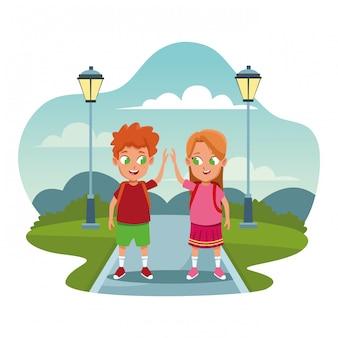 Niños de escuela con caricaturas de mochila.