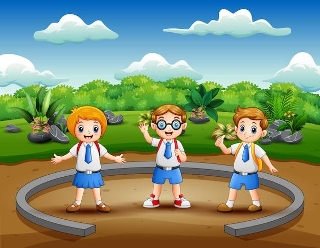Niños de la escuela de dibujos animados en el parque natural
