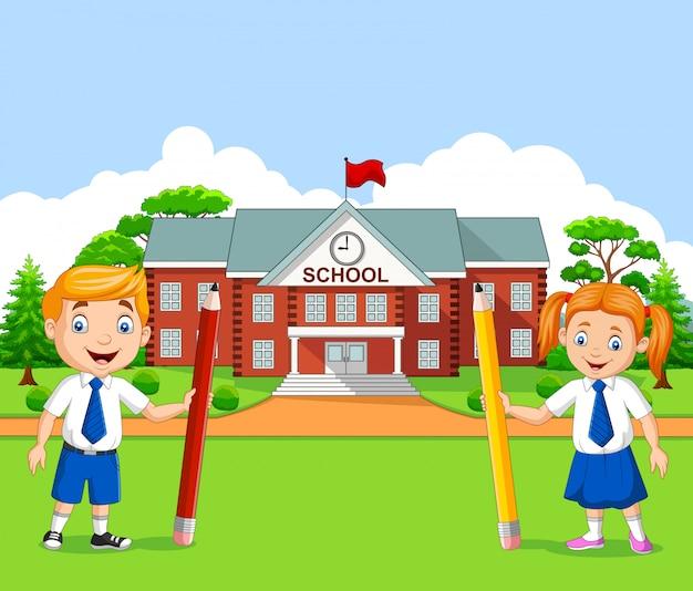 Niños de la escuela de dibujos animados en el patio de la escuela