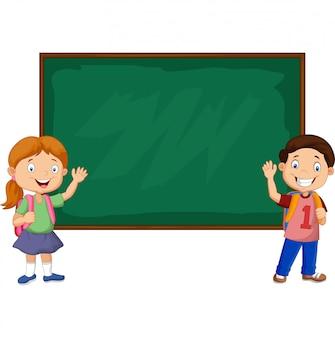 Niños de la escuela de dibujos animados con pizarra