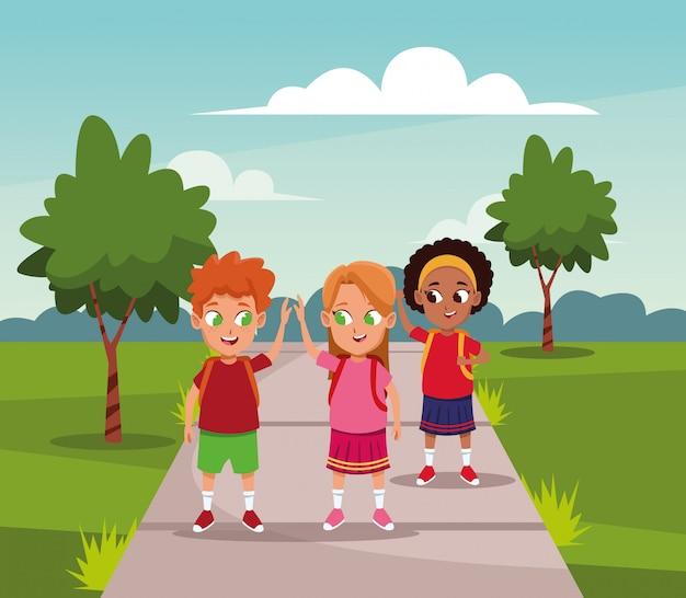Niños de la escuela con mochila en el parque