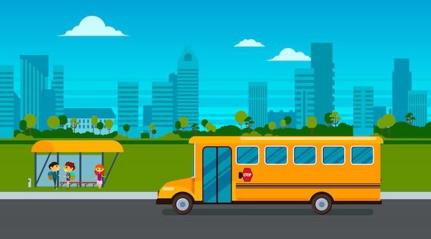 Los niños esperan el autobús escolar en la parada de autobús en la ilustración del paisaje de la ciudad