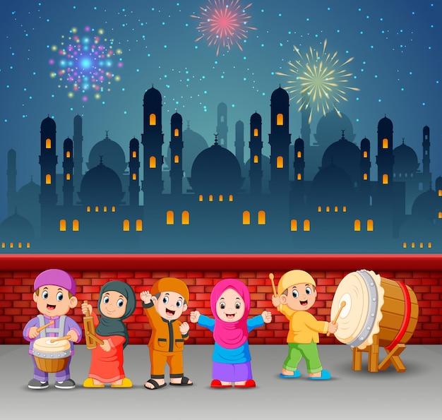 Los niños están colocando las herramientas musicales en la noche de ramadán.