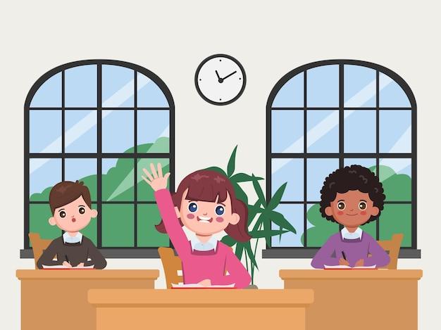 Niños estudiantes aprendiendo y respondiendo en el aula.