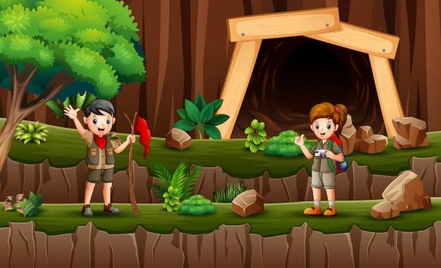 Niños exploradores caminando por el acantilado
