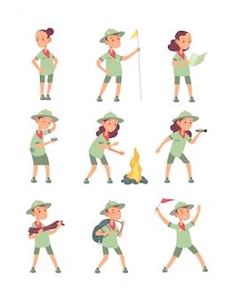 Niños exploradores. niños de dibujos animados en uniforme de explorador en el campamento de verano. divertidos personajes turísticos de niños y niñas