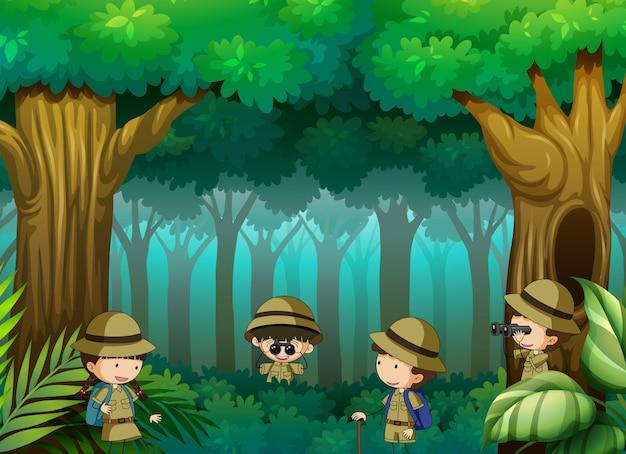 Niños explorando el bosque