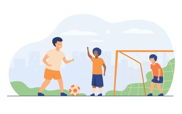 Los niños felices activos que juegan al fútbol al aire libre aislaron el ejemplo plano del vector. niños de dibujos animados jugando al fútbol, corriendo y pateando la pelota en el patio de recreo. vacaciones de verano y juego deportivo.