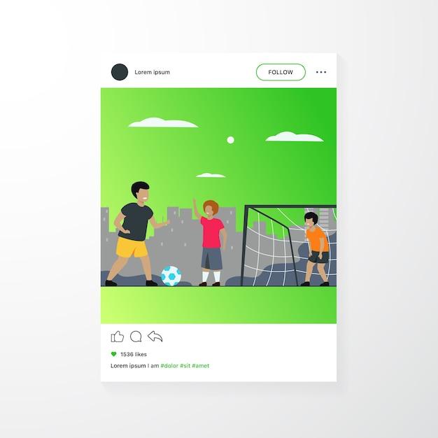 Los niños felices activos que juegan al fútbol al aire libre aislaron el ejemplo plano del vector. niños de dibujos animados jugando al fútbol, corriendo y pateando la pelota en el patio de recreo