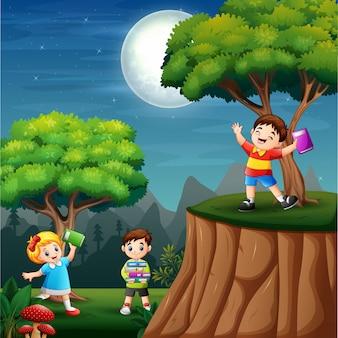 Niños felices aprendiendo en la noche