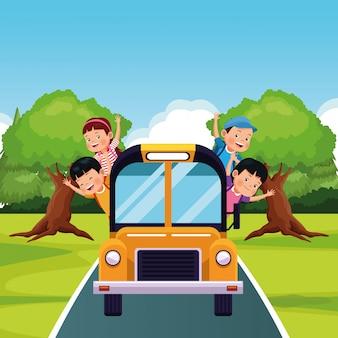 Niños felices en un autobús escolar en la carretera