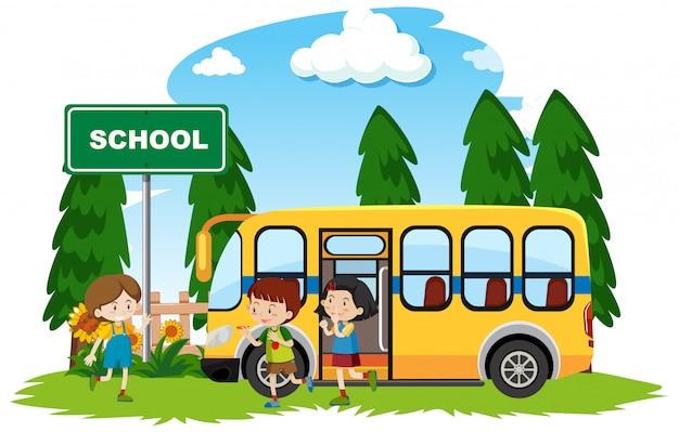 Niños felices en el autobús escolar en el parque