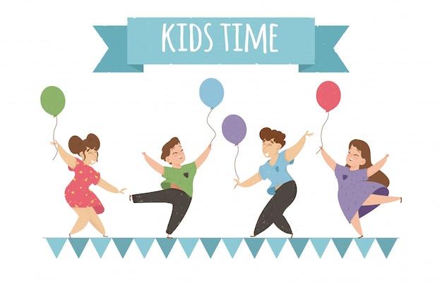 Niños felices bailando y saltando con globos.