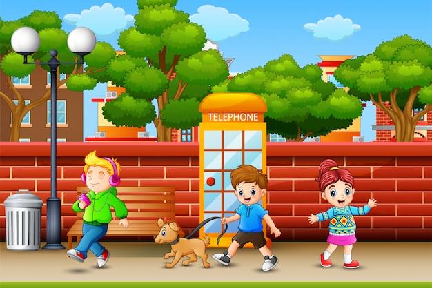 Niños felices caminando en la acera