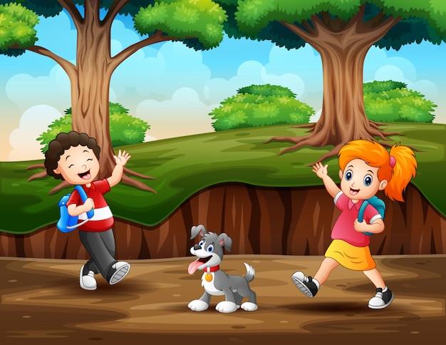 Niños felices caminando en el bosque