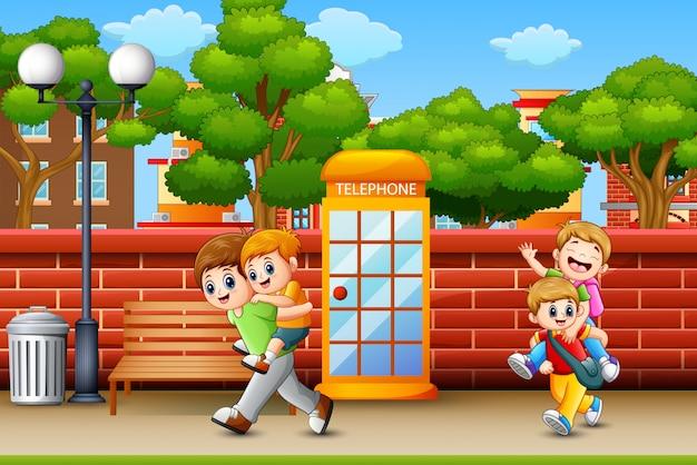 Niños felices corriendo en la acera