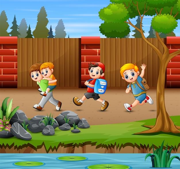 Niños felices corriendo en el camino