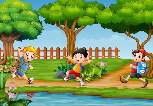 Niños felices corriendo en la hermosa naturaleza