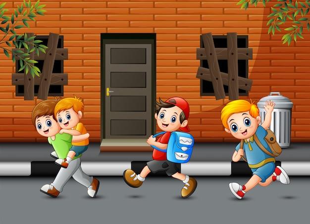 Niños felices corriendo y riendo en el camino