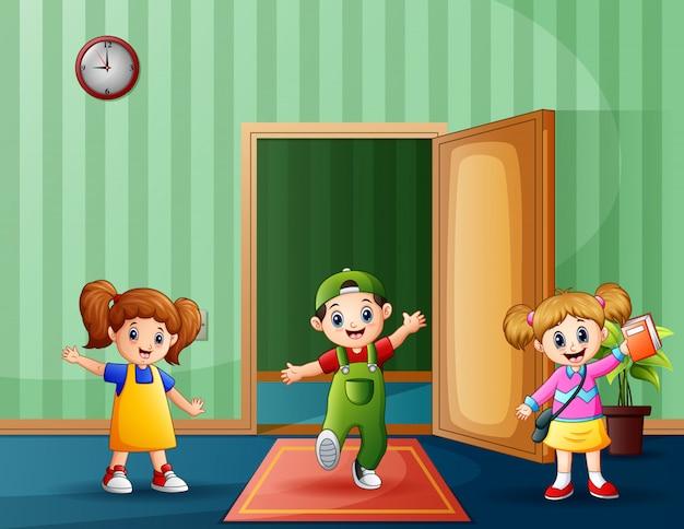 Niños felices dentro de una habitación